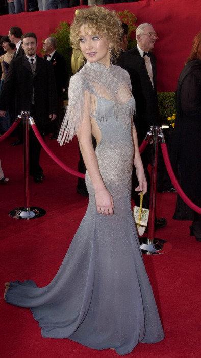 Kate Hudson não conseguiu se encontrar na edição de 2001 do Oscar. Com vestido da grife Stella McCartney, a atriz foi bastante criticada pela escolha do bolero e o penteado um tanto quanto estranho. (Foto: Divulgação)