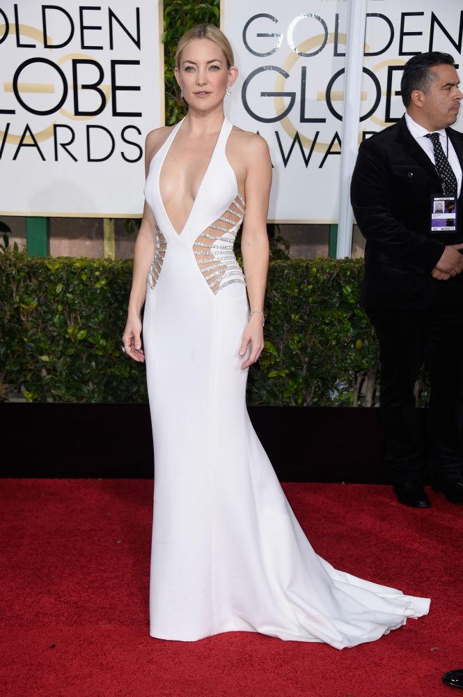 Kate Hudson escolheu modelo ousado, com decote profundo e transparência lateral, da grife Atelier Versace (Foto: Reprodução/Fashionista)