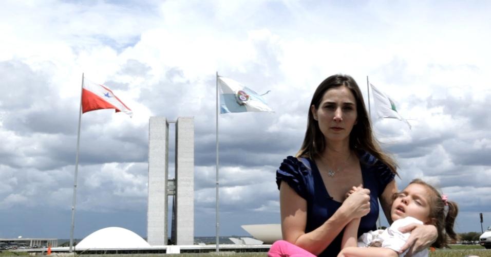 Cena do documentário Ilegal, com Katiele Fischer e sua filha, Anny