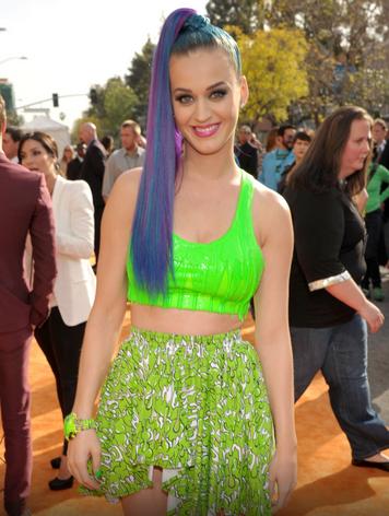 A cantora pop Katty Perry já usou os fios azuis, roxos e já criou efeitos com as duas cores (Foto: Reprodução)