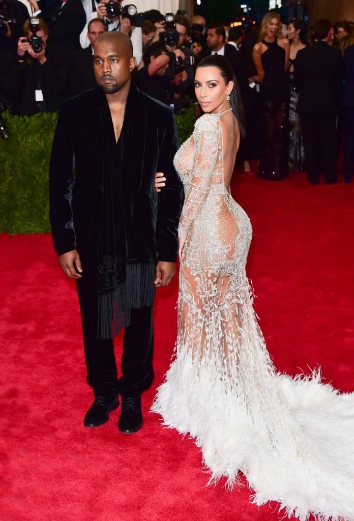 O modelito da socialite Kim Kardashian é da grife Roberto Cavalli