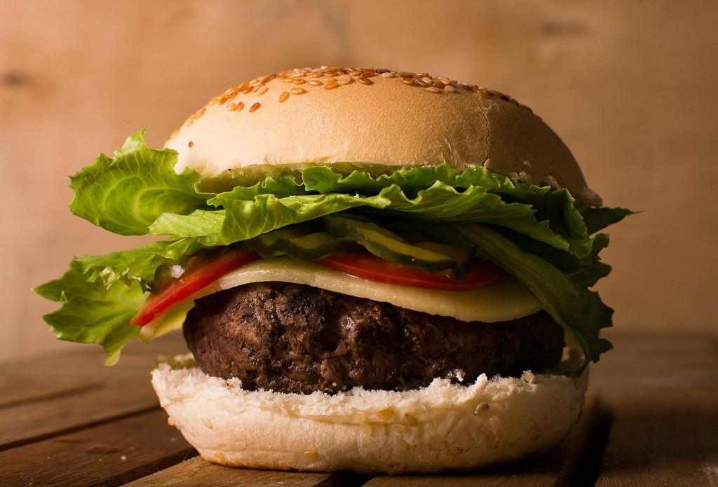 O hambúguer do Kod Burgers Artesanais: R$ 15,00 com uma porção de batata chips inclusa (Foto: divulgação)