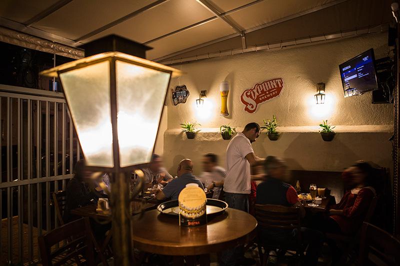 O bar está instalado em um sobrado, de ambiente simples