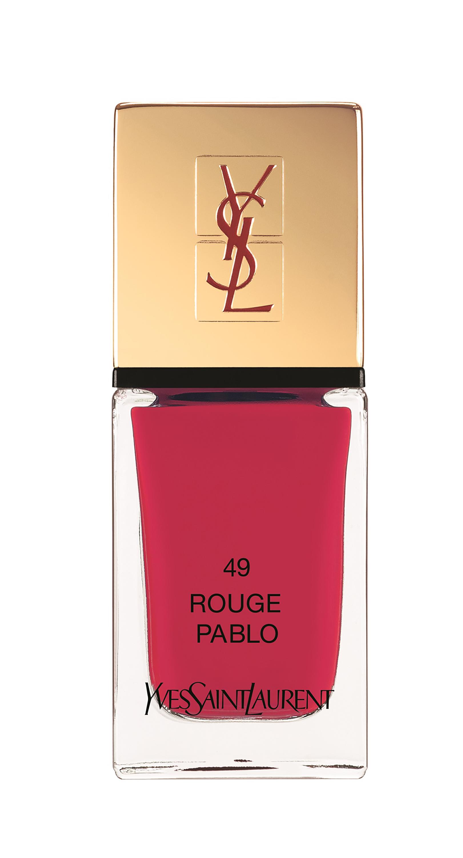 O esmalte Yves Saint Laurent faz parte da coleção de maquiagem primavera/verão. O tom  rosa é intenso, quase um vermelho. Preço sugerido: R$ 99, cor Rouge Pablo nº 49
