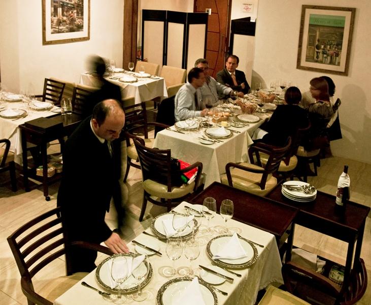 Salão do restaurante: muito sóbrio na chegada aos Jardins (Foto: Mario Rodrigues)