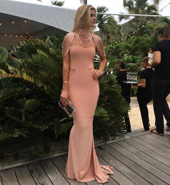 Lala Rugge com vestido da grife da Sérvia: recortes estretágicos e ausência de lingerie (Foot: Reprodução/Instagram)