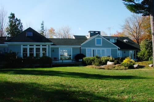 O imenso quintal da propriedade em Lamoine, no Maine