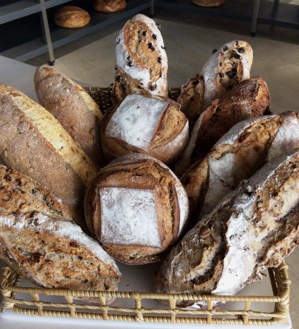 Nas estantes: oferta de pães de fermentação natural