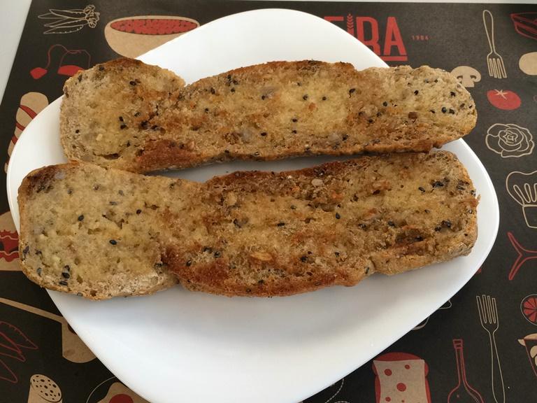 Pão de linhaça: servido na chapa para acompanhar o café