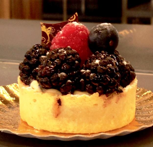 Tortinha de frutas vermelhas: massa dura com amora, framboesa e mirtilo fresquinhos
