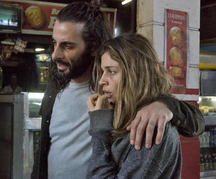 Larissa está cada vez mais envolvida com Roy e as drogas (Foto: Felipe Monteiro/ Gshow)