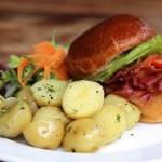 Sanduiche BLT (bacon, alface e tomate) com batata bolinha