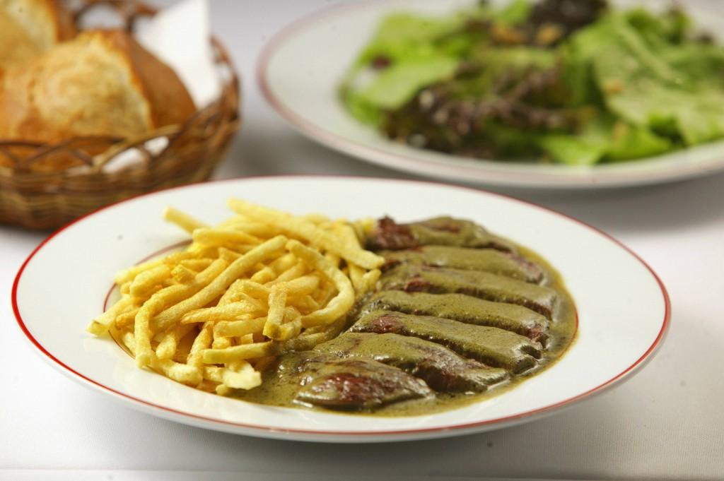 Bistrô de um prato só: bife com fritas regado por um molho especial (Mario Rodrigues)
