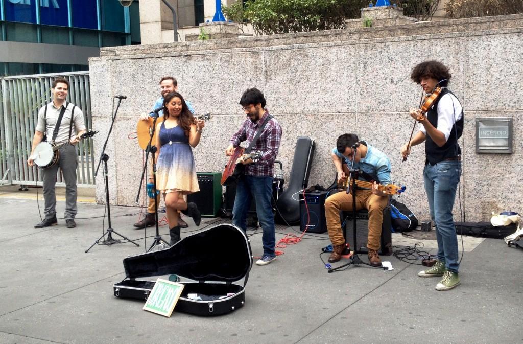 Grupo se apresenta em uma calçada da Avenida Paulista