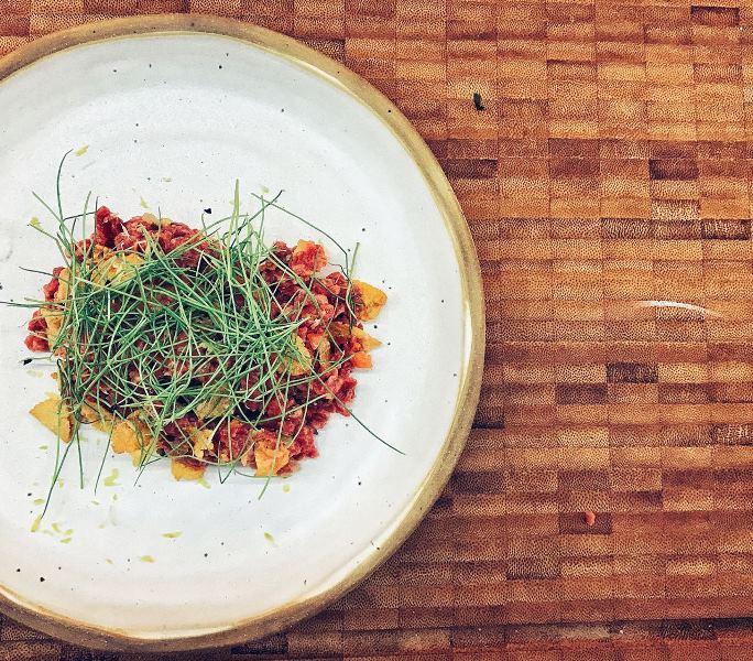 Tartare de carne de gado wagyu com picles: entrada que também pode funcionar como prato