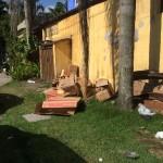 Papelão e caixas de madeira jogados em calçada em Juquehy (Foto: Fábio Lemos Lopes)