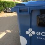 Perto da pilha de lixo, um compartimento próprio para armazenar esse material estava praticamente vazio (Foto: Fábio Lemos Lopes)