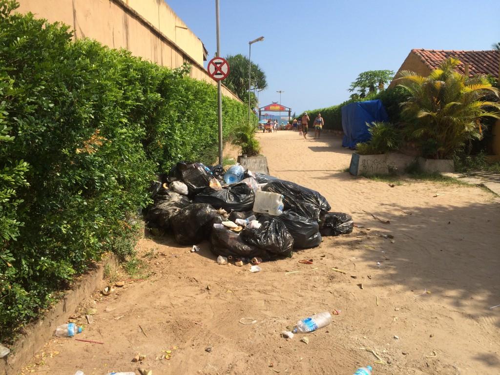 Sacos de lixo jogados em Juquehy em uma das ruas de acesso à praia (Foto: Fábio Lemos Lopes)