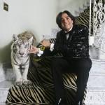 O empresário e seu tigre branco (Foto: Mario Rodrigues)