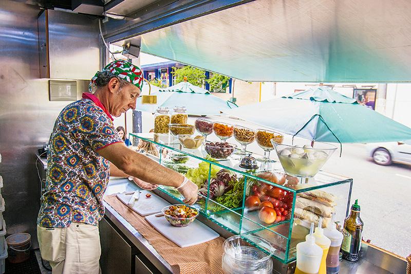 Leves e coloridos: o cliente escolhe os ingredientes da salada