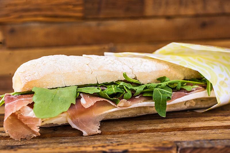 Há opções de sanduíche na ciabatta, como a boa composição de presunto cru, queijo brie, rúcula e azeite trufado