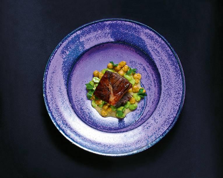 Paleta de cordeiro com favas verdes e grão-de-bico