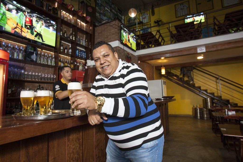 Alessandro Bueno, dono da Choperia La bueno: bar aberto em dezembro recebeu 450 000 em investimentos (foto: Mario Rodrigues)
