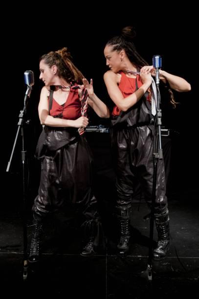Luaa Gabanini e Roberta Estrela DAlva em cena de Antígona Recortada