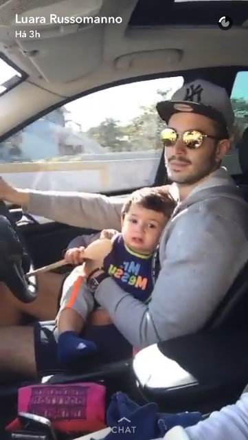 Bruno Queiroz, marido de Luara Russomanno, em frame do vídeo postado no SnaChap: infrações por não usar cinto e transportar criança no colo (Foto: Reprodução/SnapChat)