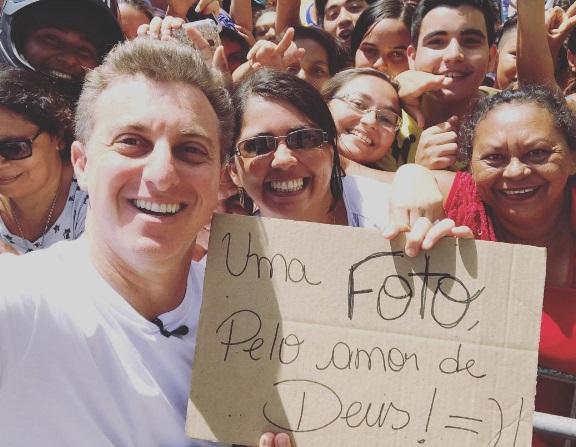 O apresentador postou uma foto que tirou com fãs de Fortaleza no Instagram (Foto: reprodução)
