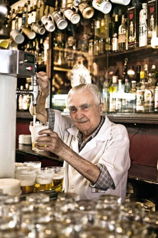Luiz de Oliveira, garçom mais antigo do Bar do Léo