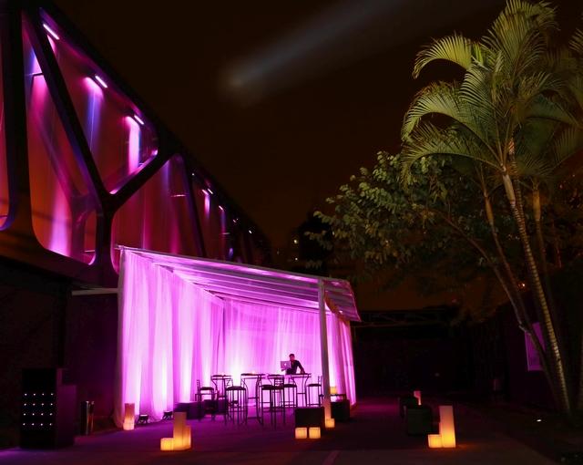 Lounge para os casais na fila: drinques grátis