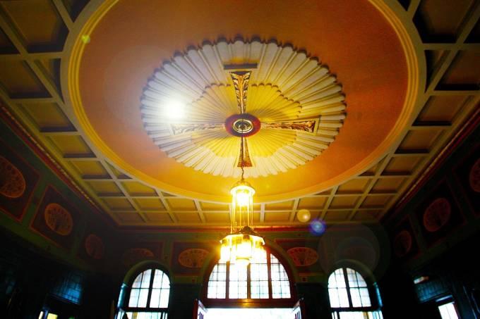 Lustre em formato de Cruz é visto no teto do Mosteiro de São Bento.