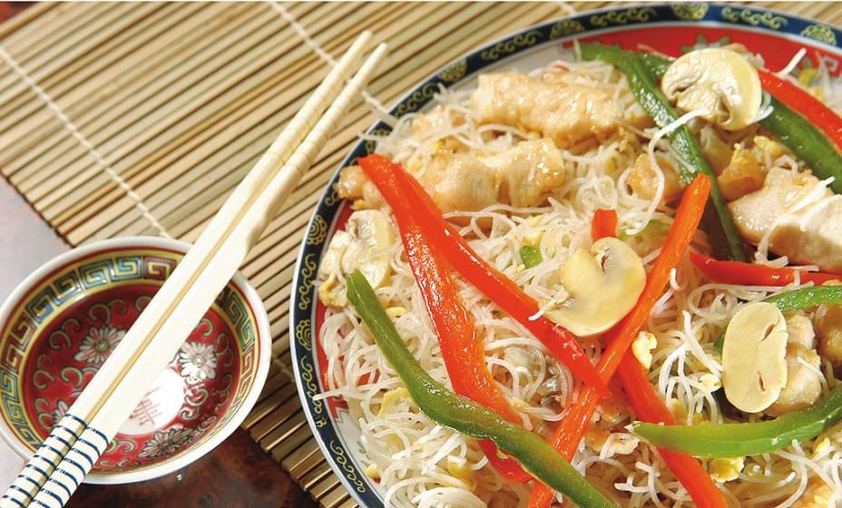 Macarrão light: macarrão de arroz, frango e cogumelo-de-paris