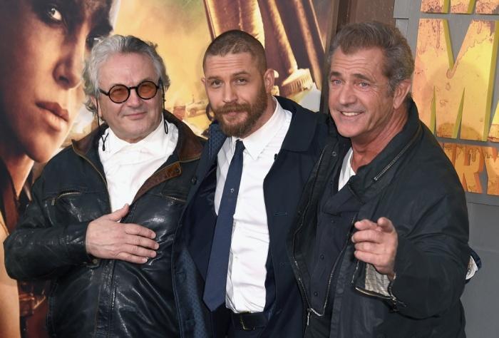 Sob os holofotes: Gibson apareceu de surpresa na pré-estreia de Mad Max e posou ao lado do diretor George Miller e do ator Tom Hardy