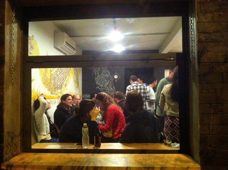 Salão visto da fachada: Maíz ocupado por uma festa de apresentação no dia 18