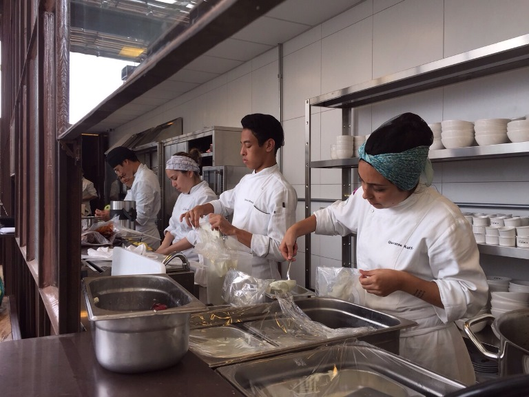 A equipe de cozinha: treinamento intenso  (Fotos: divulgação)