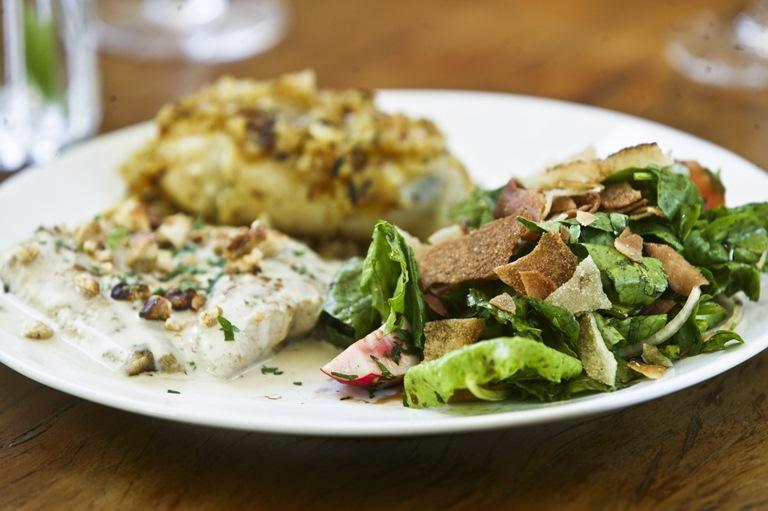 Combinado muxarabi: o pintado no molho tahine com salada fatuche é um dos pratos campeões de pedidos que permanece no cardápio (Foto: Mário Rodrigues)