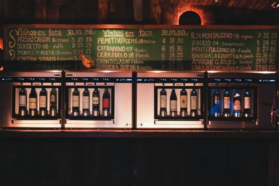 Máquina de servir vinhos, novidade do BottaGallo: a casa passou a oferecer dezesseis opções em taça