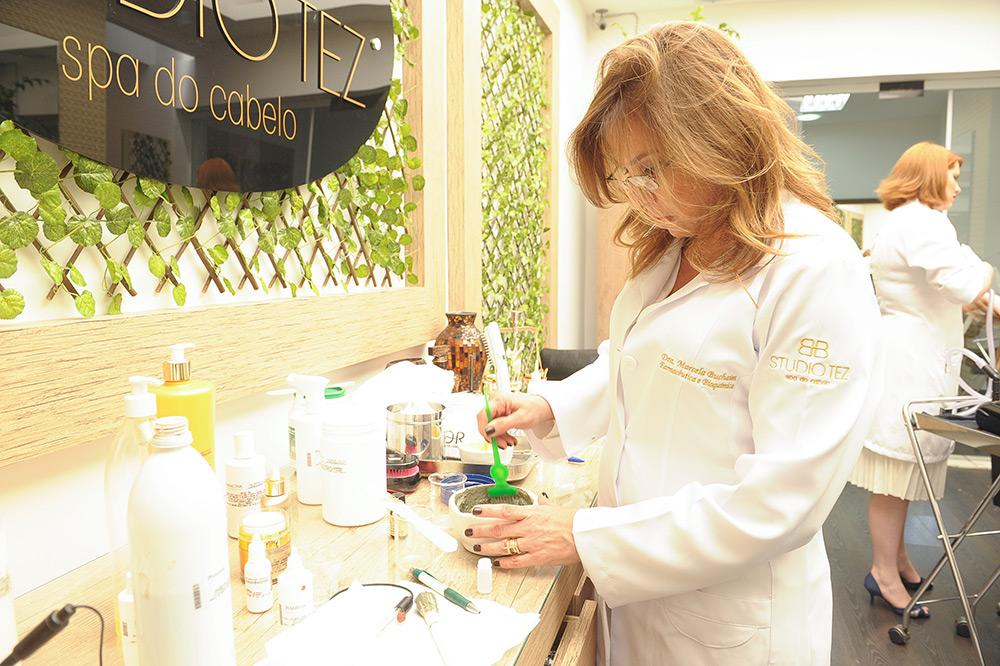 No Studio Tez os cabelos tem tratamento especial. Na sessão de 'spa dos fios', é realizada uma análise do couro cabeluro com uma câmera microscópica que diagnostica o tratamento ideal para o tipo de cabelo. Durante o processo, massagem nas costas, mãos e no couro cabeludo são desfrutadas. O cardápio inclue suco detox. Preço: R$ 300