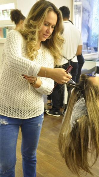 A cabeleireira Marcela Guedes em ação (Foto: Reprodução/Instagram)