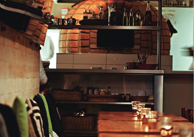 O agradável salão: ao fundo fica o forno a lenha