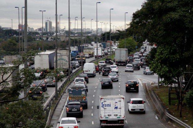 Marginal do Tietê apresentou pequenos pontos de congestionamento na manhã de sábado (06)  Foto: FuturaPress/ Folhapress