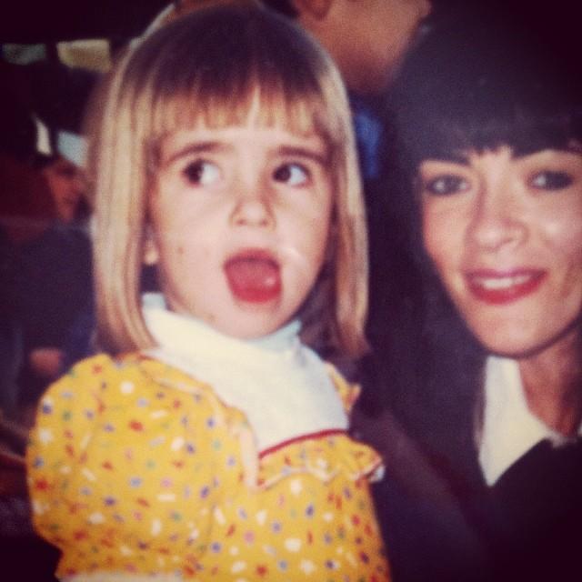 Maria Casadevall postou uma foto quando criança ao lado da mãe