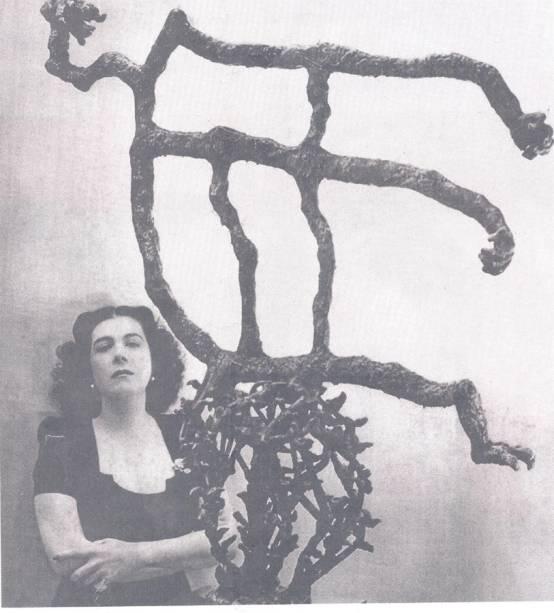 Maria Martins ao lado da obra Minha Canção, em 1946 (obra não está exposta)