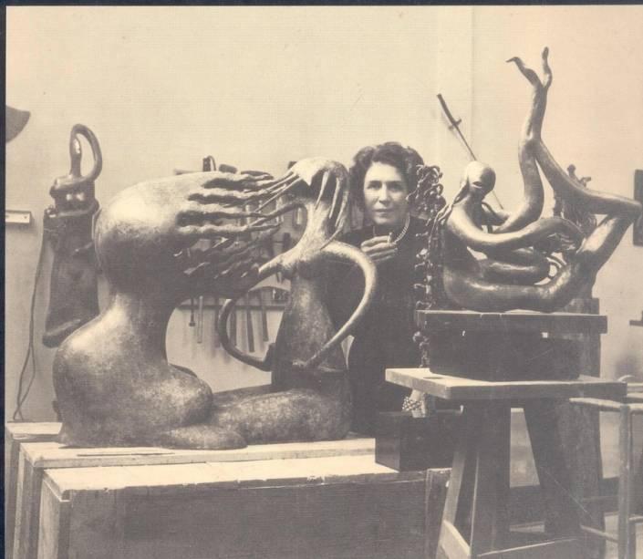 Maria Martins no ateliê, em 1950