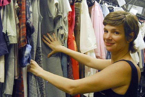 Marie Salles, a figurinista de A Regra do Jogo: ela mesma desenha parte das roupas dos personagens