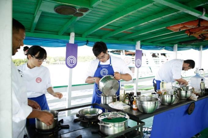 Esquipe azul comandada por Lucas: cozinha no barco pelo Rio Negro