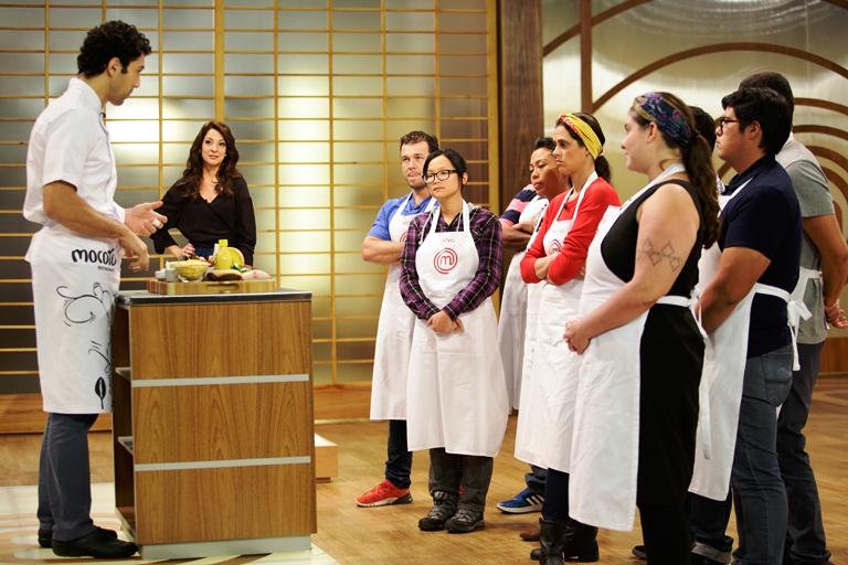 Rodrigo: apresenta os ingredientes ao participantes (Fotos: Carol Gherardi/Band)