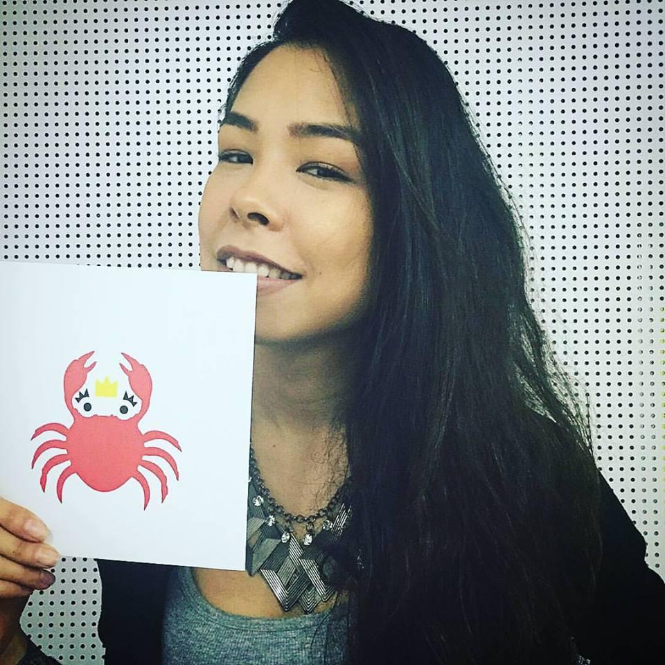 """Mayumi Sato, diretora do Sexlog.com, com um dos cartazes do projeto """"Sexo na Real"""""""